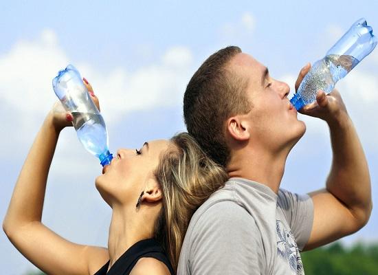 Uống nước thường xuyên giúp thải các độc tố ra ngoài cơ thể