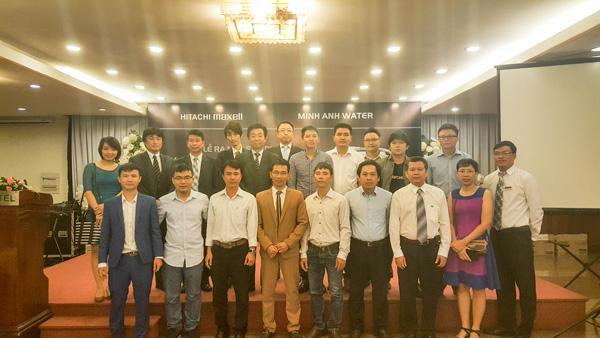Đại diện tập đoàn Hitachi Maxell chụp ảnh chung với đại lý tại HCM