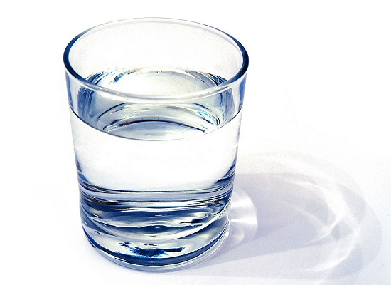 Uống nước có thể giúp bôi trơn các đĩa đệm trong tủy sống và giảm bớt đau