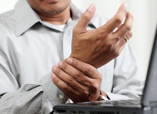 Run tay chân là triệu chứng phổ biến của bệnh Parkinson