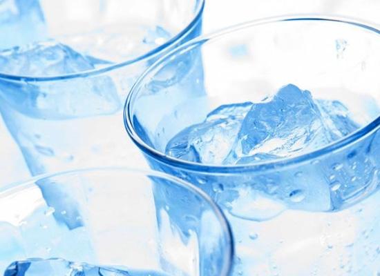 Nước lạnh và nước ấm, cái nào tốt trong mùa hè?