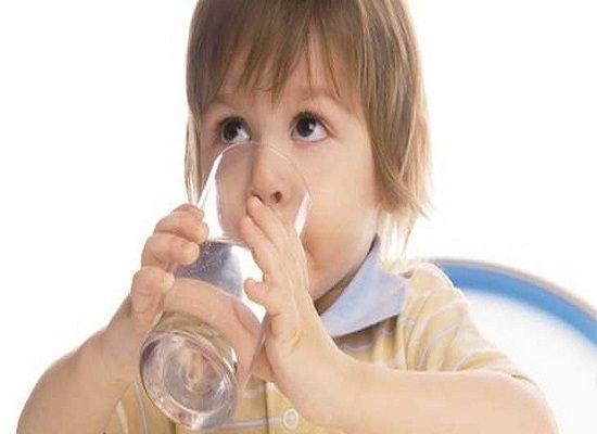Tầm quan trọng của việc uống nước đối với trẻ