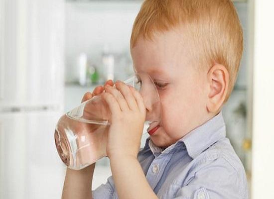 Nên thường xuyên cho trẻ uống nước