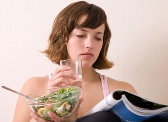 Không nên uống nước lạnh trong khi ăn