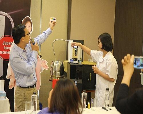 Tiến sĩ Vũ Ngọc Duy hướng dẫn cách lọc nước từ sản phẩm.