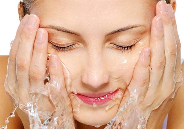 Rửa mặt bằng nước điện giải