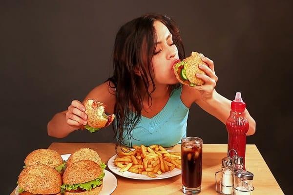 Chế độ ăn uống không khoa học là nguyên nhân phổ biến gây nóng trong người