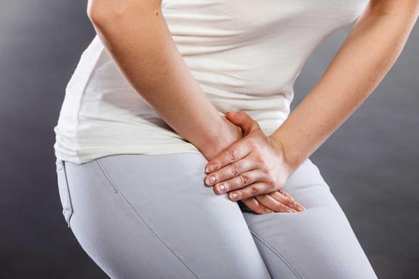 Nhiễm trùng đường tiết niệu cũng có thể gây nước tiểu vàng
