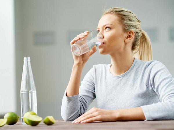 Uống thiếu nước hàng ngày cũng có thể khiến cho nước tiểu bị vàng